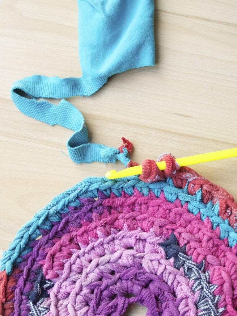 Upcycled crochet rug made of socks DIY