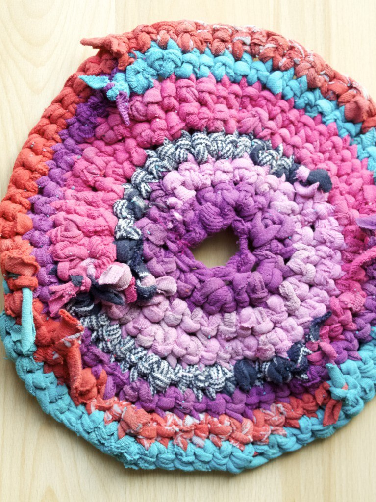 Upcycled crochet rug made of socks DIY
