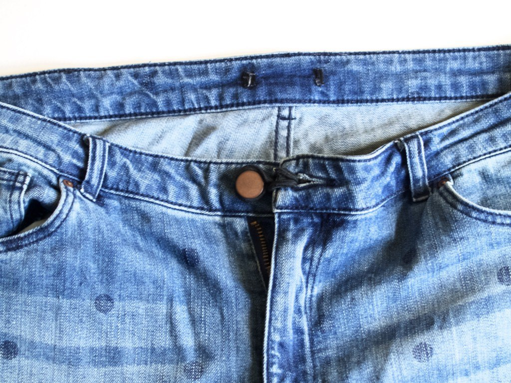 Rubber band trick to adapt jeans for maternity